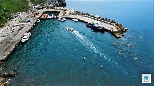 基隆嶼碼頭103年被颱風吹襲毀壞,兩年多來無法登島觀光;圖為尚未損壞前的碼頭。(張東隆提供)