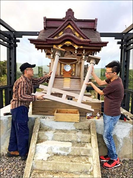 佐藤以手工修復因颱風受創的神社,彰顯日台的長期友好。 (記者蔡宗憲翻攝)