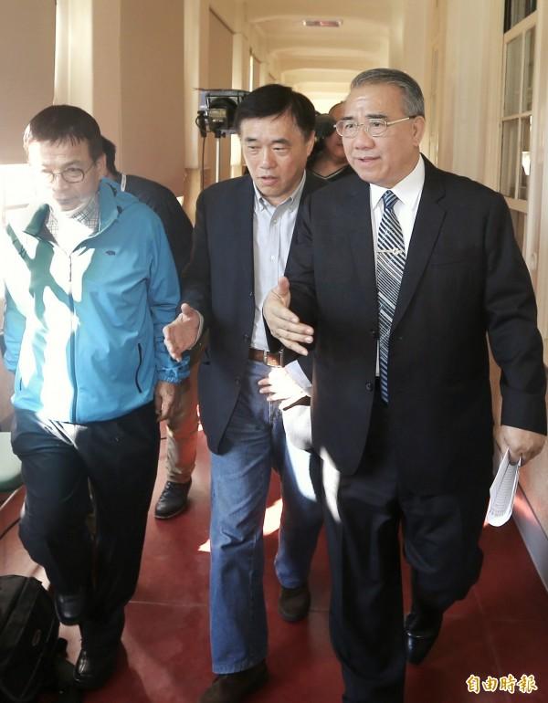 前台北市長郝龍斌(中)今天唱衰柯文哲,說台北市政「最壞的時候大概才剛開始」。(記者方賓照攝)