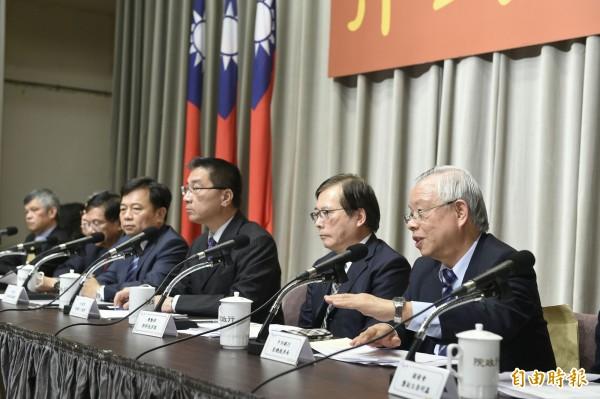 行政院傍晚召開「行政院對當前物價問題回應記者會」。(記者陳志曲攝)