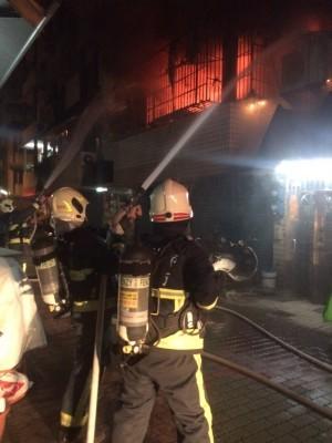 消防人員不斷以水柱滅火。(記者洪臣宏翻攝)