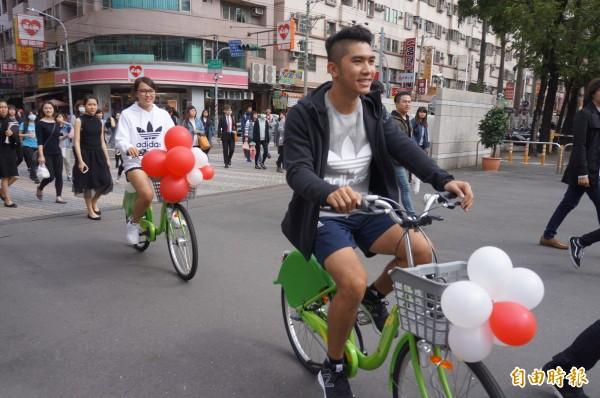 在校園中騎自行車,學生大讚「感覺真好」!(記者林孟婷攝)
