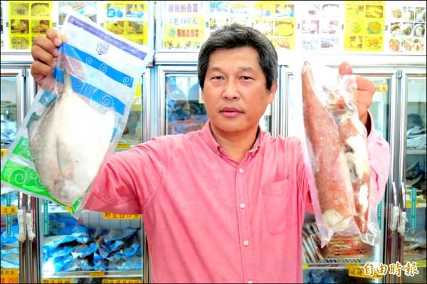 基隆區漁會將在7日推出NG白鯧與透抽拍賣,區漁會總幹事陳文欽表示,白鯧的尾鰭斷了、透抽斷頭,都無損漁獲的美味。(記者俞肇福攝)