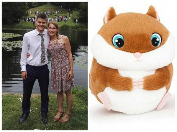 英國一對夫婦,一同到賣場購物時,看到一隻可愛的倉鼠玩具,隨後便按下玩具上頭的按鈕,沒想到卻發出女性呻吟聲。(擷取自dailymail)