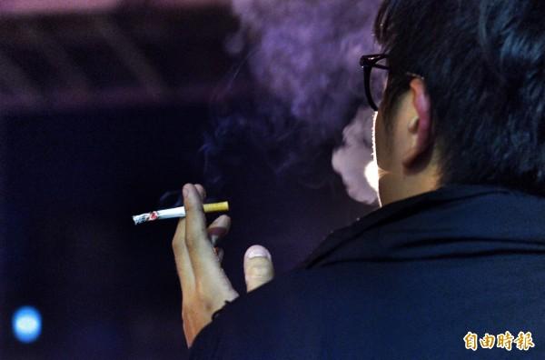 衛福部國民健康署宣布「菸害防制法修正草案」,其中將擴大禁菸場所範圍,未來酒吧、夜店及雪茄館通通得全面禁菸。(資料照,記者羅沛德攝)