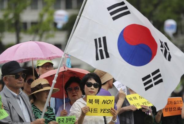 南韓政府在去年決定部署「薩德」反導彈系統後,中國方面採取相關反制措施。圖為支持薩德部署的南韓民眾,在去年7月上街遊行的畫面。(美聯社)