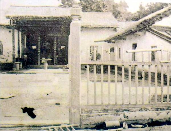 西元1905年的草厝老照片。(記者陳建志翻攝)