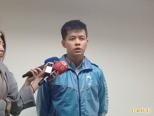 台北市議員謝維州遭爆簽賭運動彩券,引發風波,爸爸謝長廷在臉書重砲抨擊,謝維州再次出面回應,除向支持者致歉,也對返台照顧姊姊的媽媽感到抱歉。(記者郭逸攝)
