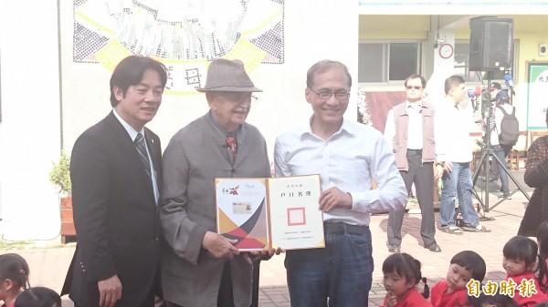 甘惠忠神父(中)終於如願拿到台灣的身分證。(記者劉婉君攝)