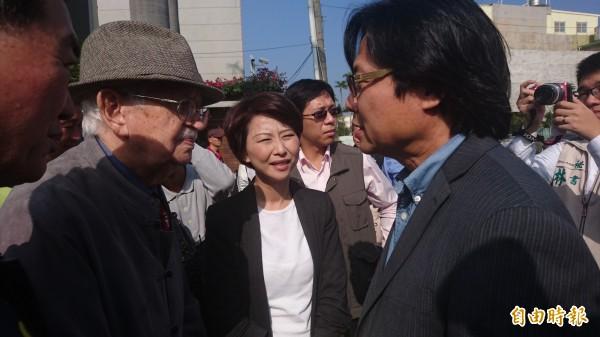 內政部長葉俊榮(右)向甘惠忠神父(左)說明國籍法修法通過的過程。(記者劉婉君攝)