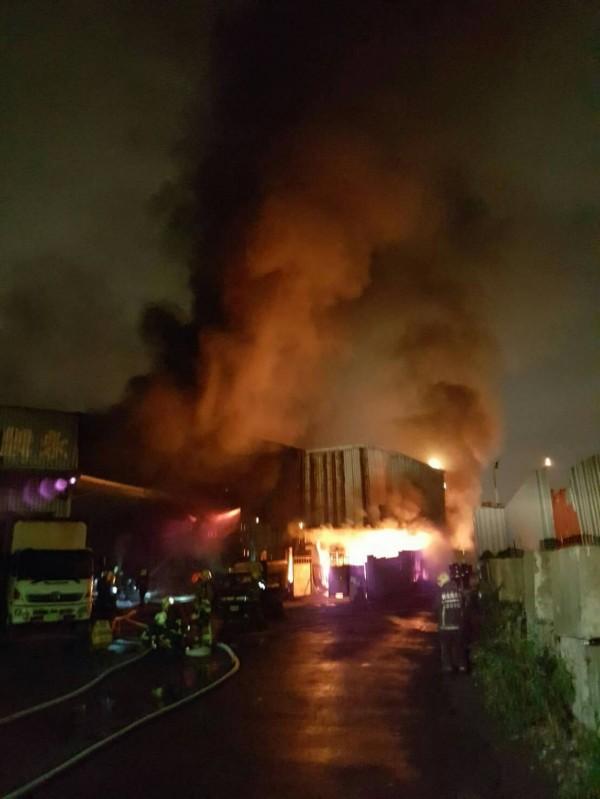 新北市五股區某物流公司倉庫起火。(記者王宣晴翻攝)