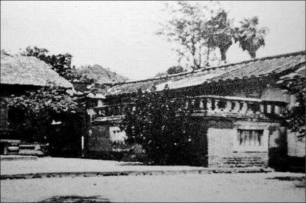 霧峰林家的「起家厝」草厝舉行修復動工典禮,將以1930年照片為修復基準。(記者陳建志翻攝)