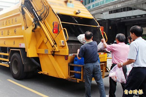 新竹縣春節期間,13鄉鎮市除五峰鄉提早自除夕停收垃圾,其他鄉鎮市都是大年初一才開始停收。(本報資料照)