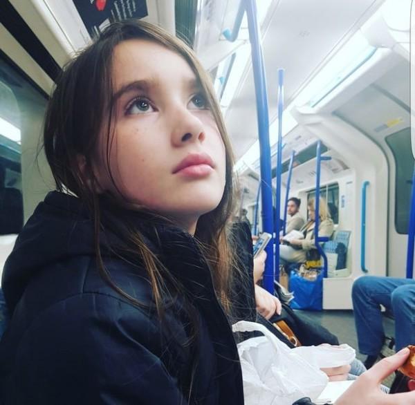 英國女孩萊安娜(Liana Lisle)年僅11歲,卻已經長到174公分高,是全英國同年齡最高的女生,亮麗早熟的外型也引來不少誤會。(圖擷取自鏡報)
