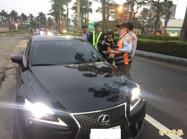 「Uber條款」今上路,公路總局今日已抓獲10起違規件數。圖為日前取締行動。(資料照,記者王榮祥攝)