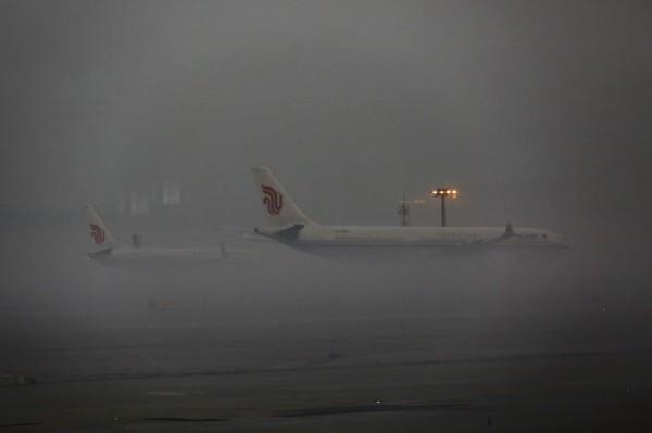 中國近日霧霾嚴重,有旅遊平台的發布數據顯示,近期從北京飛往南邊的機票搜索量大幅度成長。圖為北京首都機場。(歐新社)