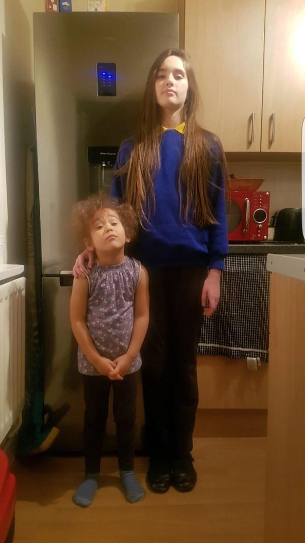 11歲的萊安娜還有一個3歲的妹妹希娜(圖左)(Chyna),與母親住在倫敦南邊,她們都遺傳到母親的高挑基因,就連3歲的妹妹也已經長到114公分。(圖擷取自鏡報)