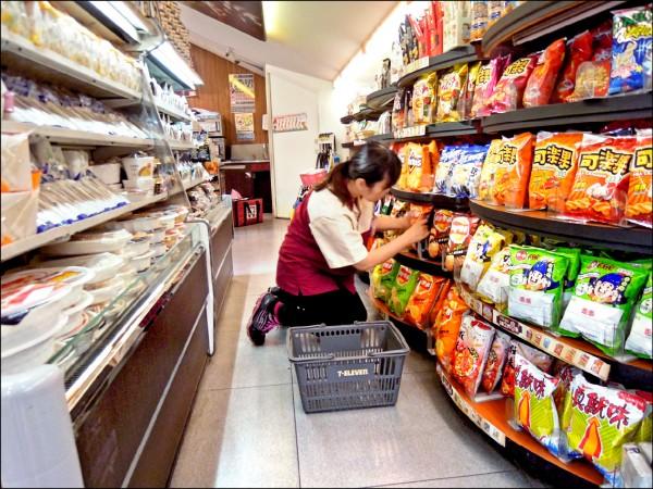 四大連鎖超商受新制影響,一年大約要增加十二億元的人事成本。(資料照)