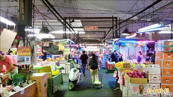 台北農產企業工會十九日將召開會員大會討論怠工規劃,在此之前第一果菜批發市場維持正常營運。(記者黃建豪攝)