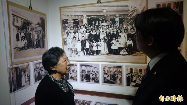 黃林守真(左)為賴清德介紹她在故居當年的婚宴。(記者楊金城攝)