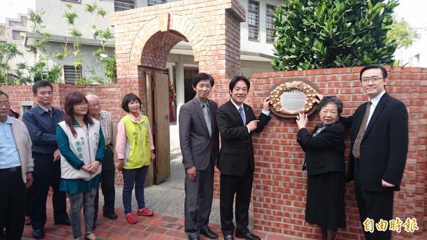 黃清舞故居由賴清德(右三)等人掛牌。(記者楊金城攝)