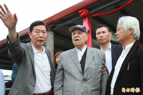 前總統李登輝(左二)由李登輝基金會秘書長王燕軍(左)陪同,在兆豐農場視察牛舍。(記者花孟璟攝)