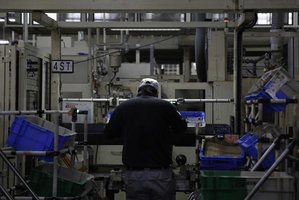 某工廠人事主管坦言,勞動新制一來徒增作業困擾,二來作業員收入沒增加。(資料照/路透)