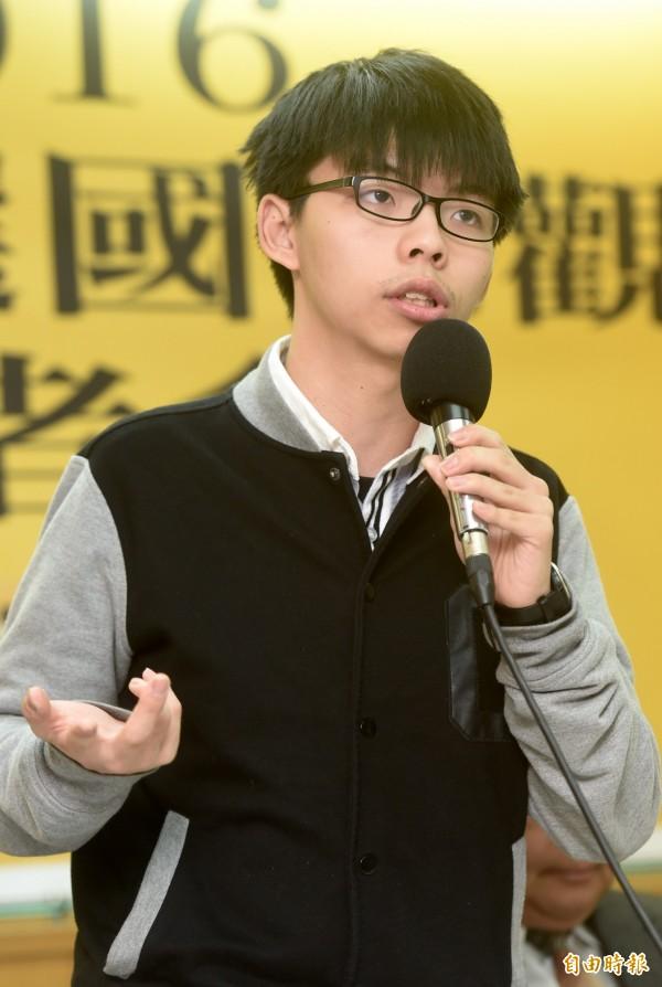 香港雨傘運動領袖黃之鋒(見圖)應時代力量之邀來台參加論壇,今天凌晨抵台時卻在機場遭遇黑衣男子作勢毆打,時力立委徐永明認為,此舉無異挑戰台灣民主。(資料照,記者簡榮豐攝)