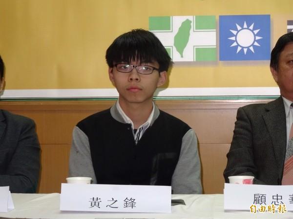香港社運人士黃之鋒等一行人,凌晨抵台時,竟險遭黑衣人毆打,場面一度混亂。(資料照,記者蘇芳禾攝)