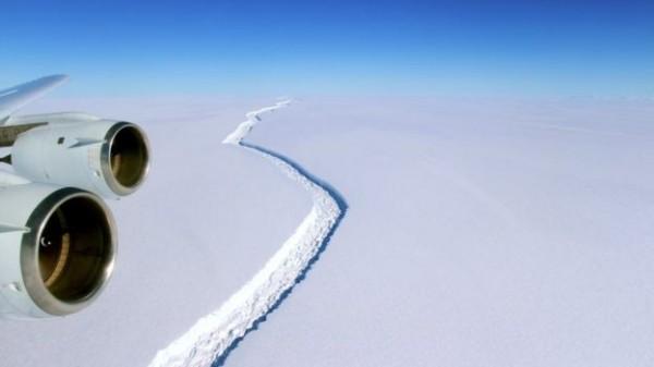 南極冰棚「Larsen C」的裂谷上月急速增長。(擷取自《BBC》)