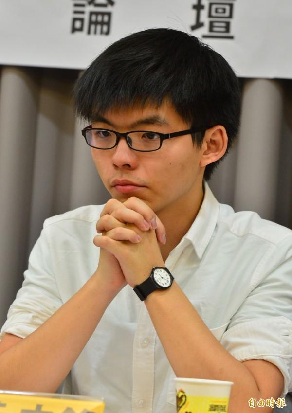 香港社運人士黃之鋒在機場遭到愛國同心會成員「接機」抗議。(記者王藝菘攝)