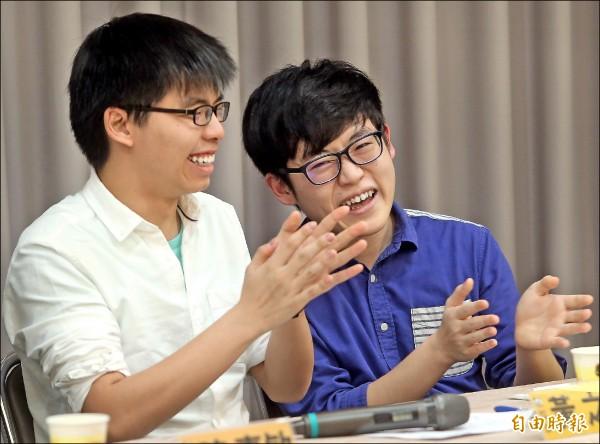 香港眾志秘書長黃之鋒(左)與立法會三議員應邀來台出席論壇活動,與時代力量人士對談熱烈。(記者王藝菘攝)