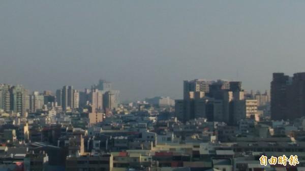 台南市今晨空品又達「不良紅」的不健康等級。(記者蔡文居攝)