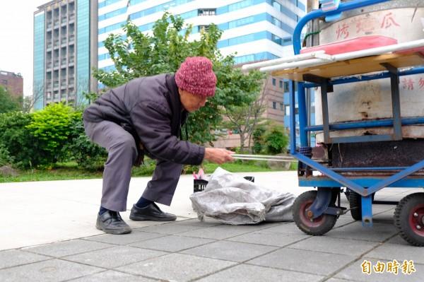 關心地瓜媽媽的創世基金會創辦人曹慶,九十高齡仍會出現在地瓜攤車準備場,隨時幫忙地瓜媽媽生火、備料。(記者陳炳宏攝)