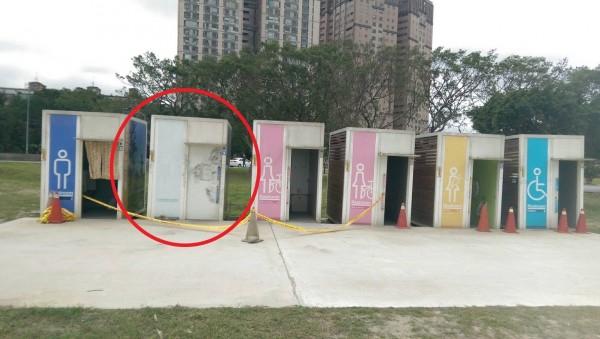 黃某在紅圈處的流動公廁內上吊。(記者徐聖倫翻攝)