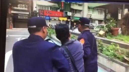 警方將脫序的抗議群眾予以保護管束。(記者王冠仁翻攝)