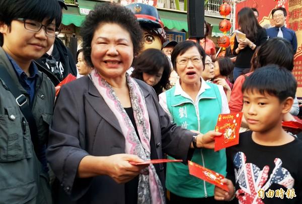 市長陳菊今於三鳳中街,發放金雞小紅包。(記者陳文嬋攝)