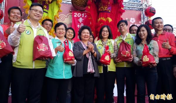 「高雄過好年」活動今由三鳳中街打頭陣,場面熱鬧滾滾。(記者陳文嬋攝)