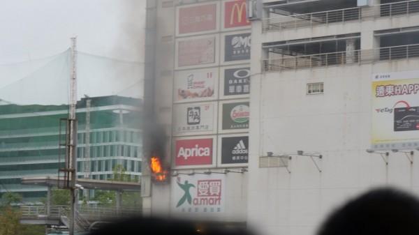 台北大直愛買店所在的大樓起火。(圖擷自PTT)