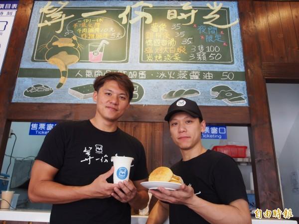 廖祐俊(左起)、潘柏齡一起創業,在一片「漲」聲下逆向操作,部分餐點不漲反降,營業額增加兩成。(記者王秀亭攝)
