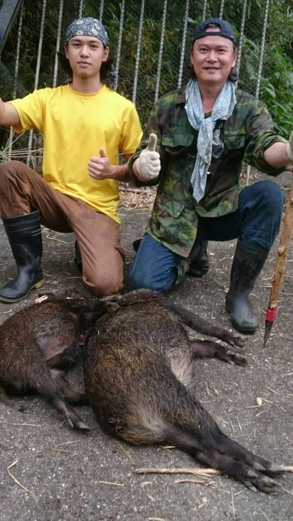 傅松齡(右)「退而不休」,與子傅勻聯手為民除害,獵捕啃食農作的山豬。(記者陳賢義翻攝)