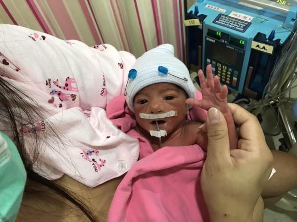 206震災維冠倒樓受災戶陳淑怡拚著有妊娠高血壓等病症,於去年底生下一名女嬰,母女已出院回家休養。(記者王俊忠翻攝)