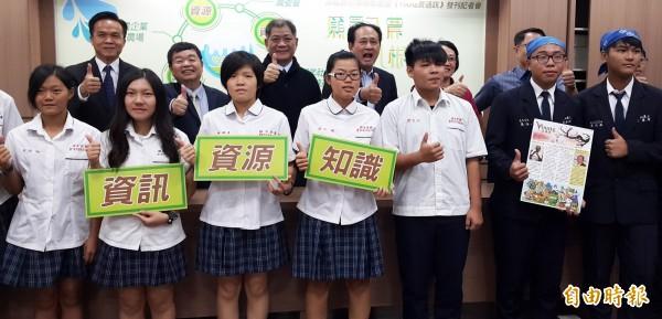 農委會推高職農校策略聯盟,並首發《Young農通訊》刊物。(記者陳文嬋攝)