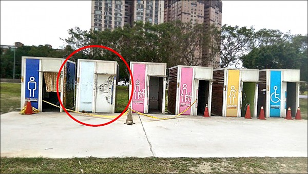 黃姓男子在新北市永和區中正橋下的流動公廁(紅圈處)內上吊自殺。(記者徐聖倫翻攝)