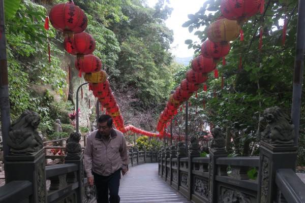 芝山岩惠濟宮位於五十公尺高的山丘,香客絡繹不絕。(記者郭安家攝)