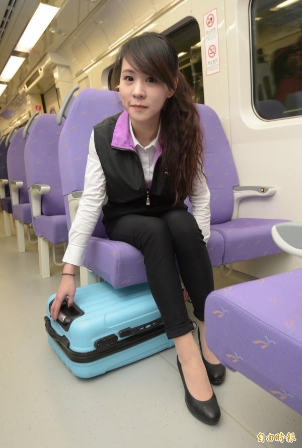 桃捷公司9日介紹機捷車廂座椅行李置放空間,每個座位下可放置20吋登機箱,並設有擋板,防止行李移動。(記者張嘉明攝)