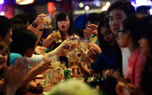 根據英國最新研究,跟朋友前往地方酒吧小酌一番,只要飲酒適量,其實有益改善整體健康。(法新社) <b>☆飲酒過量  有害健康  禁止酒駕☆</b>