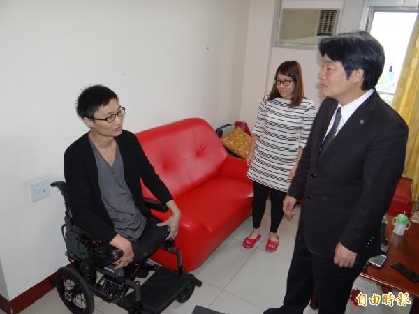 南市長賴清德關心二0六震災雙腳截肢的洪家益返家生活起居情形。(記者王俊忠攝)