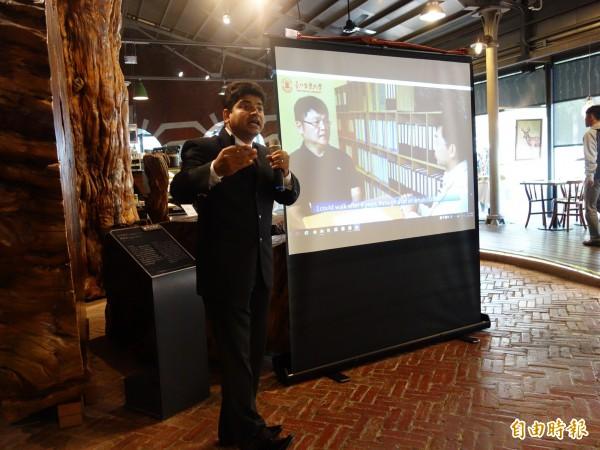 台北醫學大學資訊研究所印度籍助理教授雪必兒(Shabbir Syed Abdul)開設「物聯網促進樂齡老化」的磨課師(MOOCs),教導如何預防及健康老化,上線短短幾天就吸引全球4千多人註冊學習,一半以上更是65歲以上的銀髮學生。(記者吳柏軒攝)