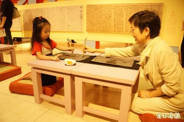 高雄兒童美術館推出「搭時光機:你不知道的明朝新鮮事」特展,帶領孩子們重回晚明這個文化活動百花齊放的年代。(記者黃佳琳攝)